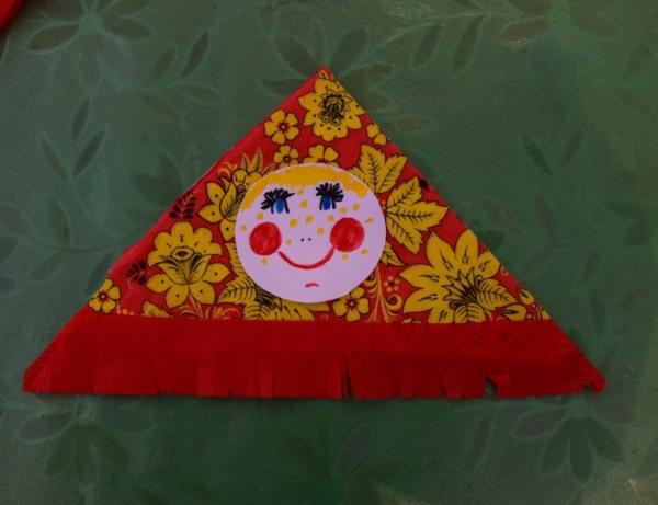 Нарисованное лицо куклы, наклеенное на платок