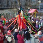 Дети водят хоровод вокруг чучела Масленицы