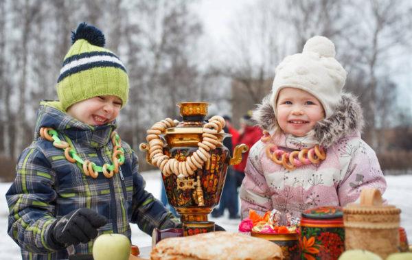 Дети смеются на празднике Масленица