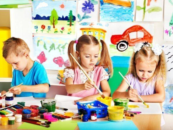 Дети рисуют кисточками
