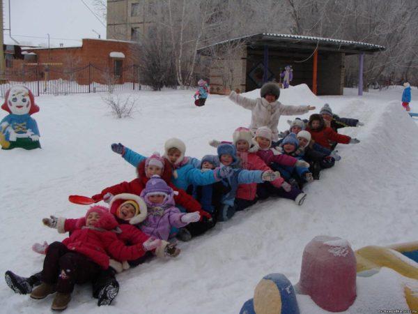 Дошкольники паровозиком катятся со снежной горки