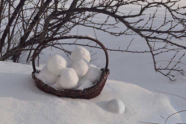 Корзинка со снежками