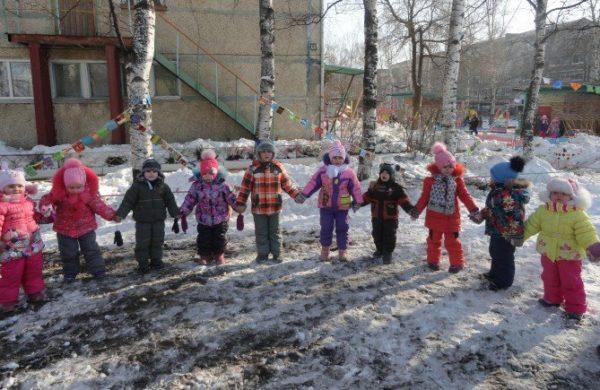 Дети стоят в кругу, взявшись за руки