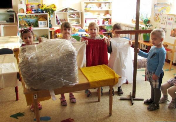 Дети готовятся к процессу изготовления чучела Масленицы