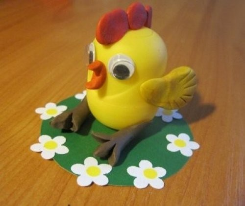 Цыплёнок из киндер-сюрприза на зелёной лужайке