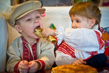 дети на празднике Масленицы