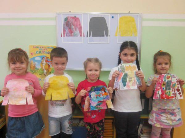 Дети держат в руках работы «Украшение свитера»