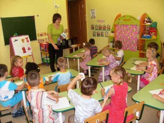 Дети и педагог на занятии «Летняя одежда и обувь»