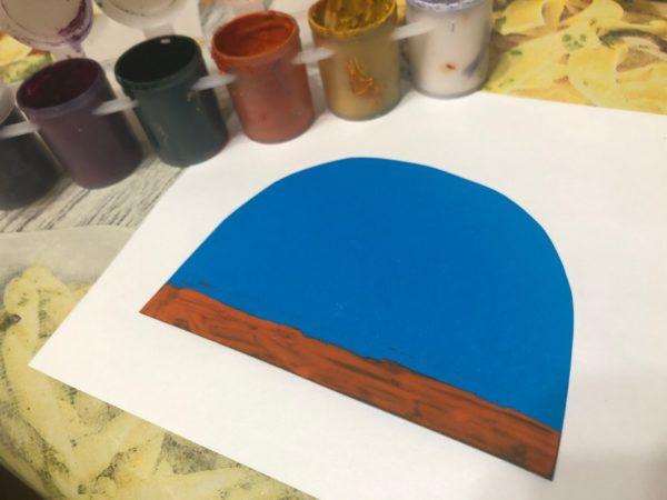 Голубая шапка из бумаги с окрашенным нижним краем