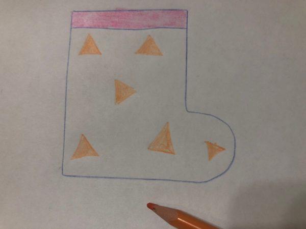 Сапожок с нарисованным узором из треугольников