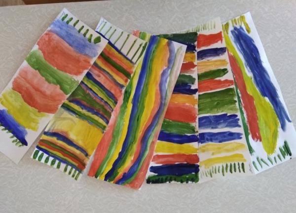 Раскрашенные красками бумажные шарфы