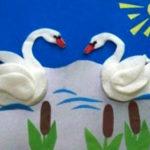 Пруд с лебедями из ватных дисков
