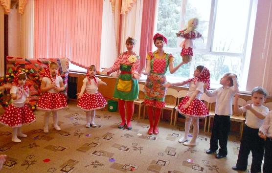 Дети стоят в кругу, взрослый держит куклу Масленицу