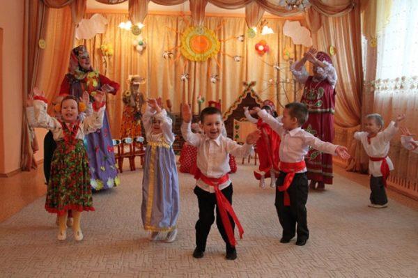 Малыши танцуют в русских народных костюмах