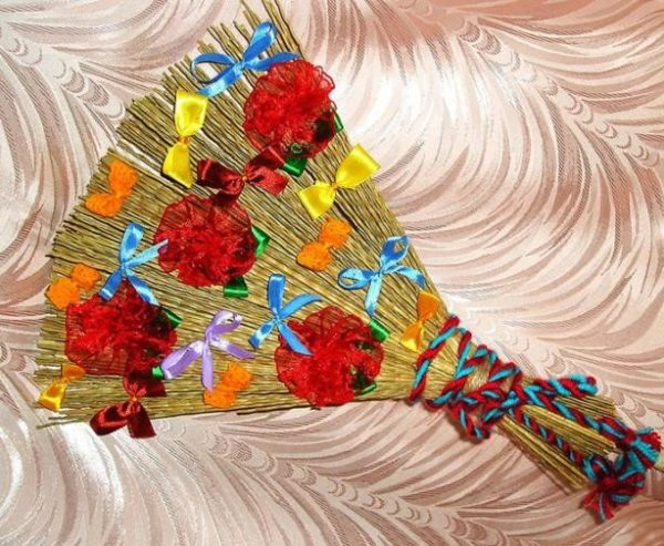 Веник, украшенный цветами и лентами