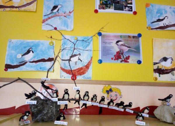 Композиция из рисунков птиц, лепных фигурок и картинки