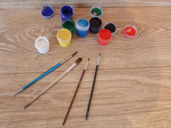 Гуашь разных цветов и кисти для рисования