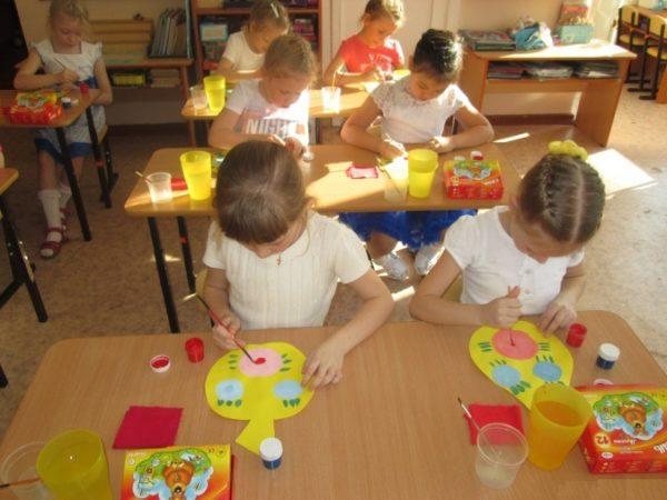 Дошкольники изобразили розовые и голубые пятна — основу для цветов