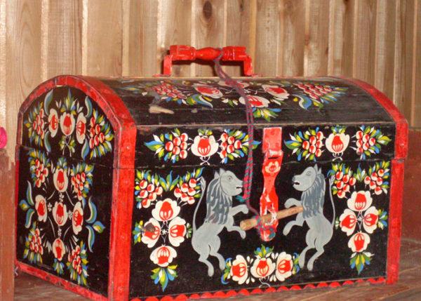 Изделие городецкой росписи — старинный сундук со львами