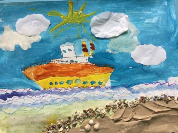 Рисованный кораблик с облаками и побережьем в виде аппликации