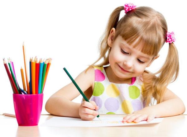 Девочка рисует карандашом
