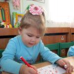 Девочка рисует ёжику яблоки