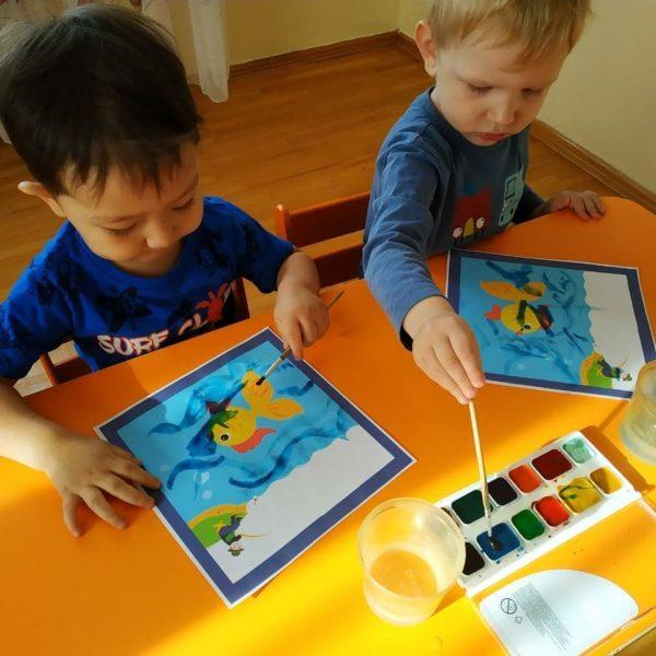 Мальчики рисуют рыбок