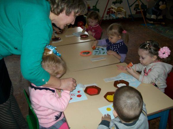 Педагог рисует элемент рукой ребёнка