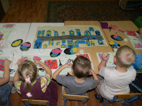 Дети делают коллективную аппликацию Дома на нашей улице