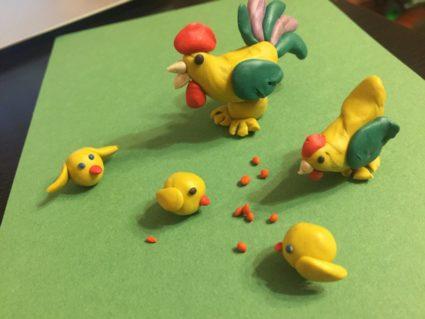 Петушок и семья клюют зёрнышки