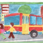 Два пешехода переходят улицу позади автобуса