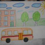Автобус с оранжевыми дверями едет по улице