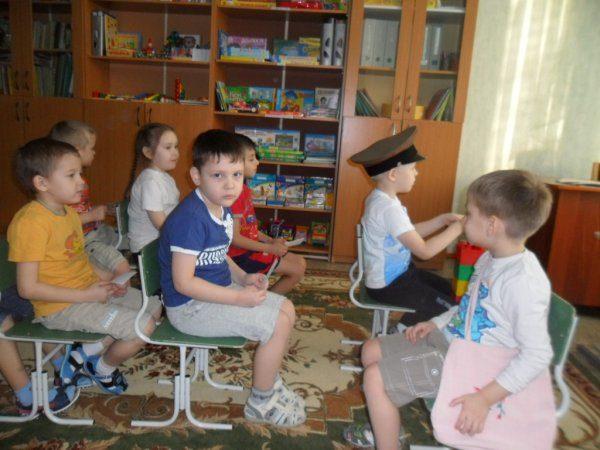 Дети на стульях играют в пассажиров автобуса