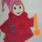 Рисованная девочка в тканевом пальто с бумажными пуговицами