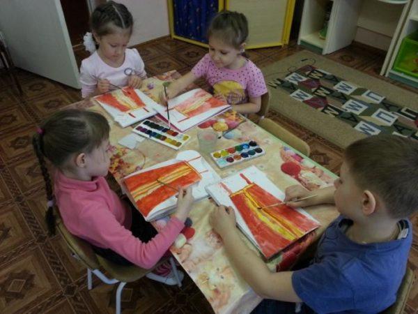 Дети за столом рисуют русский сарафан