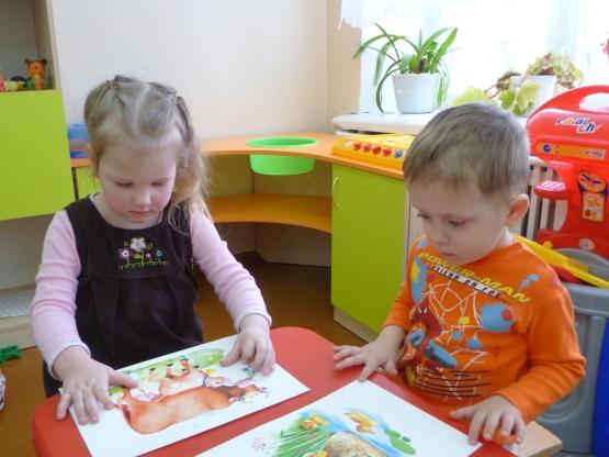 дети рассматривают изображения животных