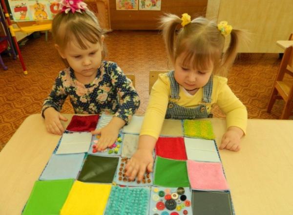 дети рассматривают материалы для игр