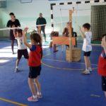 Дети играют в волейбол в зале