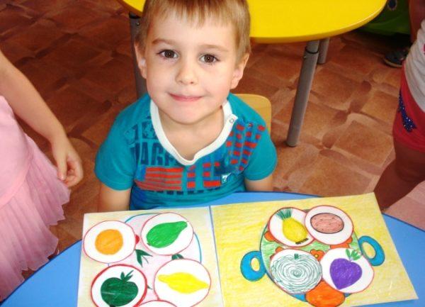 Мальчик играет в игру Помоги бабушке сварить суп и компот