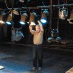 Осветитель поправляет осветительный прибор