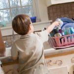 Мальчик помогает мыть посуду