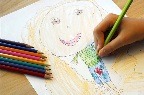 Рисунок девочки, выполненный цветными карандашами