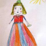 Девочка в нарядном платье гуляет
