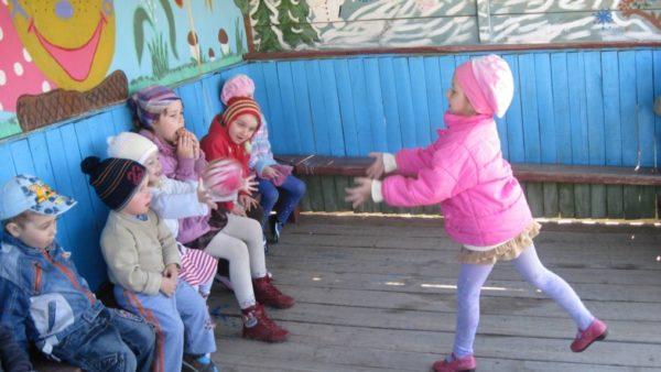 дети играют в игру