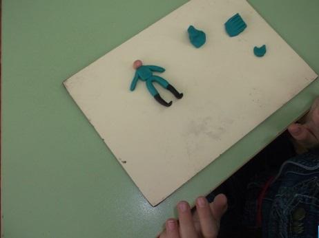 Фигурка солдата ноги-дуга в сапогах, квадратное туловище, руки-колбаски и голова-шарик