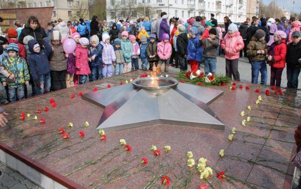 Дошкольники возле мемориала Вечный огонь