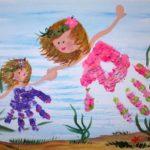 Рисунок двух девочек в платьях, выполненный красками