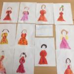 Рисунки с изображением девочек в платьях, размещённые на стенде