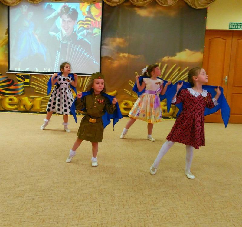 Девочки танцуют с синими платочками