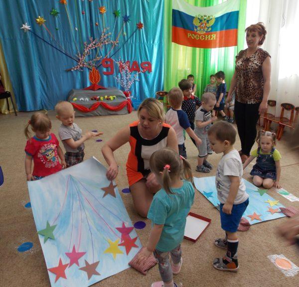 Дети по подгруппам играют в игру Салют